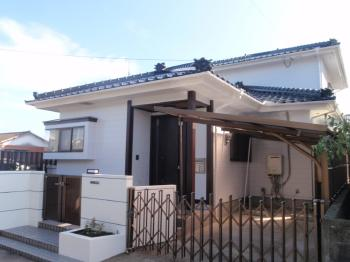 屋根・外壁塗装工事に加え、玄関扉や表札、門柱灯もリフォームしました